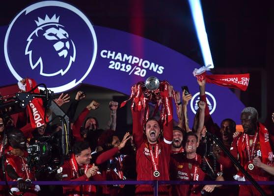 Die Liverpool-Spieler feiern den Meistertitel.