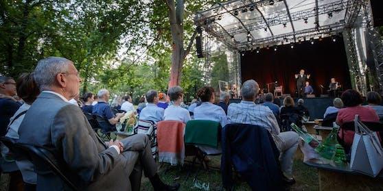 """Van der Bellen beim """"Theater im Park""""."""