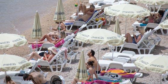 Touristen beim Sonnenbaden in Kroatien.