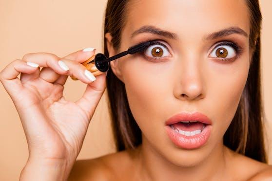 Auch eine Wimperntusche aus der Drogerie kann für einen Wow-Effekt sorgen.