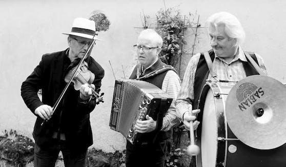 """""""wiadawö"""" spielen beim Gassenkonzert in Freistadt."""