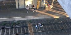 Teenie-Mädels posieren auf S-Bahn-Gleisen für Fotos
