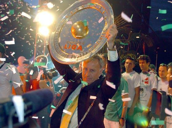 Rapid-Trainer Hickersberger mit dem Meisterteller 2005