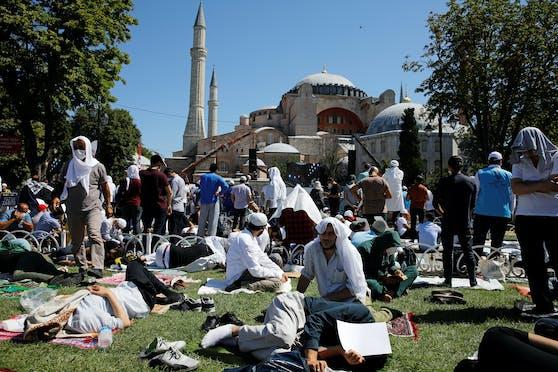 Hunderte von Gläubigen sind in Istanbul angereist, um die Wiedereröffnung der Hagia Sophia als Moschee zu feiern.