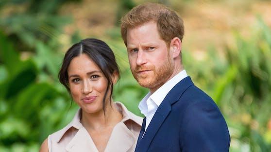 Herzogin Meghan und Prinz Harry überraschen am Wochenende mit Babynews, doch ihre Ankündigung sorgt auf Twitter für Wirbel.