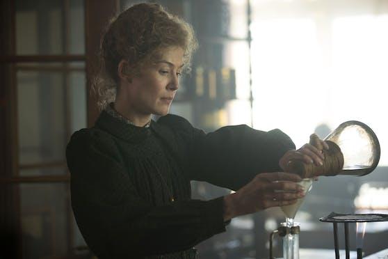 """In """"Marie Curie - Elemente des Lebens"""" spielt Hollywood-Star Rosamund Pike die Rolle einer der berühmtesten und faszinierendsten Wissenschafterinnen."""