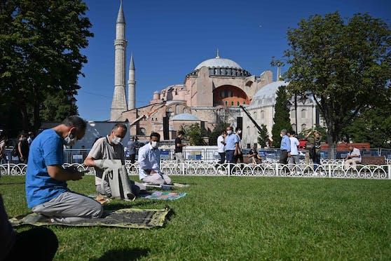 Gläubige beten vor der Hagia Sophia. (23. Juli 2020)