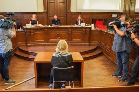 Unter großem Medieninteresse fand in Ried der Prozess gegen eine 35-Jährige statt, die in der Quarantäne spazieren ging.