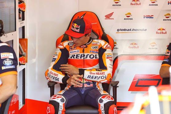 Marc Marquez leidet in Jerez sichtlich unter starken Schmerzen.
