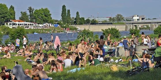 Menschen auf der Donauinsel.