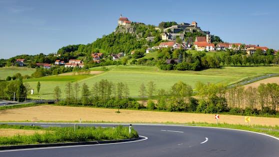 Die Riegersburg ist eine Burg im gleichnamigen Ort im Bezirk Südoststeiermark in der Steiermark. Sie sitzt auf einem 482 Meter hohen, steilen Vulkanfelsen.