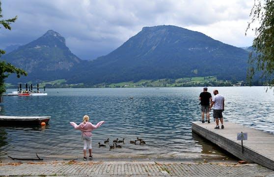 Urlauber an einem Ufer des Wolfgangsees am Freitag, 24. Juli 2020, in St. Wolfgang