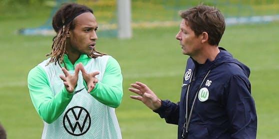 Kevin Mbabu im Gespräch mit Trainer Oliver Glasner.