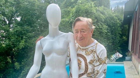 Richard Lugner musste diesmal mit einer Schaufensterpuppe schwimmen gehen.