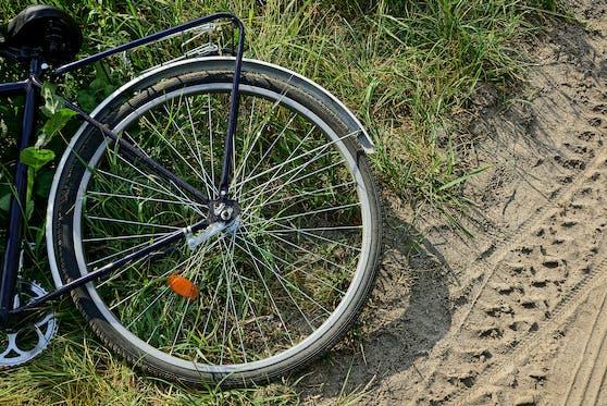 Der Unbekannte stieß die Frau vom Fahrrad.