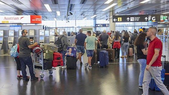 Nachdem Deutschland Spanien auf die rote Liste gesetzt hat, zieht auch Österreich nach: Vorerst soll es schärfere Kontrollen für Rückkehrer geben.