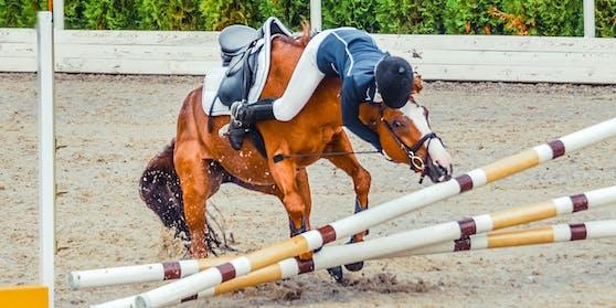 Eine 26-Jährige ist nach einem Sprung vom Pferd gefallen und unter die Hufe geraten.