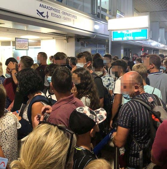 Chaos am Flughafen von Kos. So sah es vor Ort aus.