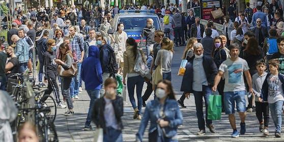 Menschen auf der Mariahilferstraße in Wien.