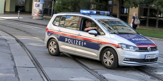 Funkstreife der Polizei Wien fährt mit einem eingeschalteten Blaulicht zu einem Einsatzort in Wien. Symbolbild