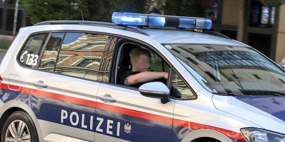 Funkstreife der Polizei fährt mit einem eingeschalteten Blaulicht zu einem Einsatzort. Symbolbild