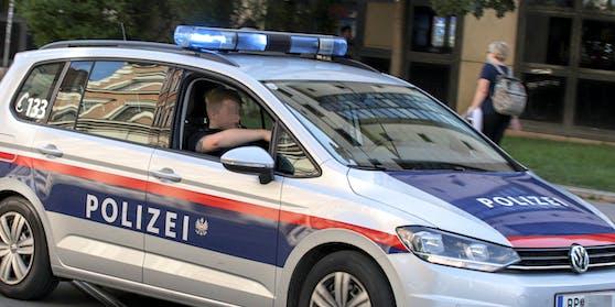 Funkstreife der Polizei Wien mit einem eingeschalteten Blaulicht. Symbolbild