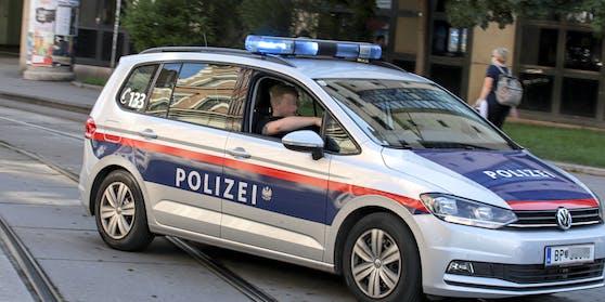 Funkstreife der Polizei Wien fährt mit einem eingeschalteten Blaulicht zu einem Einsatzort in Wien. (Symbolbild)