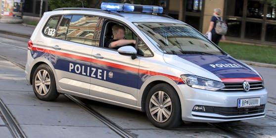 Eine Funkstreife der Polizei fährt mit einem eingeschalteten Blaulicht zu einem Einsatzort in Wien. Symbolbild
