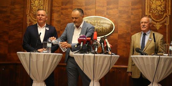 Burgenland-LH Doskozil (SP, Mitte) schenkte der Bundesregierung am Montag bei einer Pressekonferenz ein.