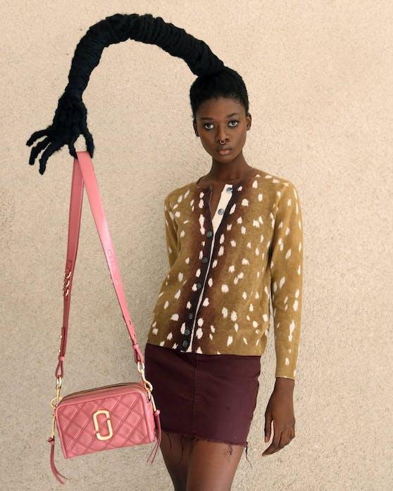 """""""Hairfluencerin"""" Laetitia Ky zeigt die Marc Jacobs Taschen wie wir sie wohl noch nie gesehen haben."""