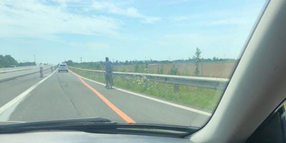 Radfahrer dürfen nicht auf der Autobahn fahren.
