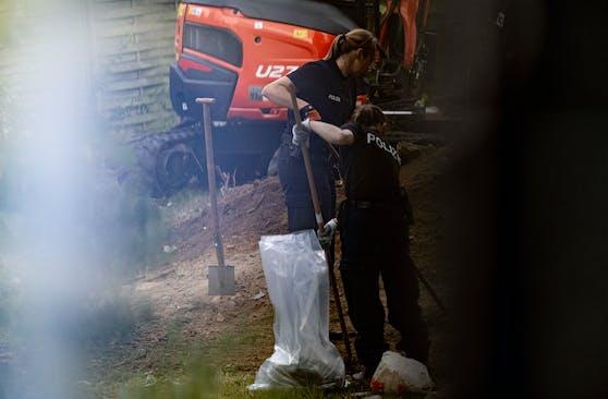 Die Polizei durchsucht mit einem Bagger einen Garten in Ahlem bei Hannover.