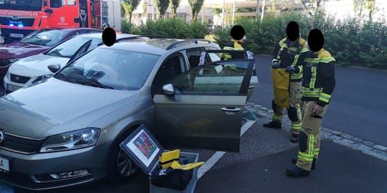 Linzer Feuerwehrmänner befreiten das Baby aus dem versperrten Auto. Aus Datenschutzgründen hat die Feuerwehr die Helfer unkenntlich gemacht.
