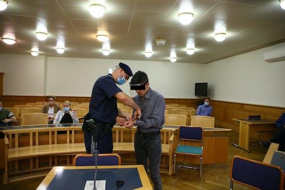 Der Angeklagte wurde in Handschellen vorgeführt.