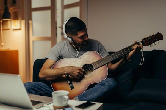 Warum nicht endlich einmal Gitarre lernen und Abwechslung in den Alltag bringen?