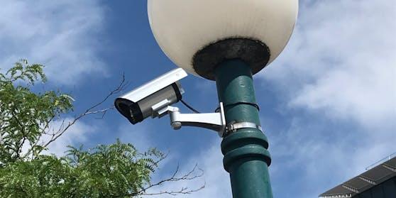 """Die Wirtschaftsabteilung der Stadt Linz ließ diese Fake-Überwachungskameras anbringen, FPÖ-Stadtrat Raml hat sie jetzt """"enttarnt""""."""