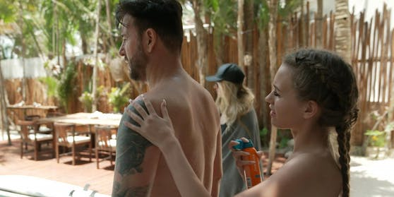 Damit der Wendler keinen Sonnenbrand kriegt, sprüht ihn seine Laura mit Sonnencreme ein.