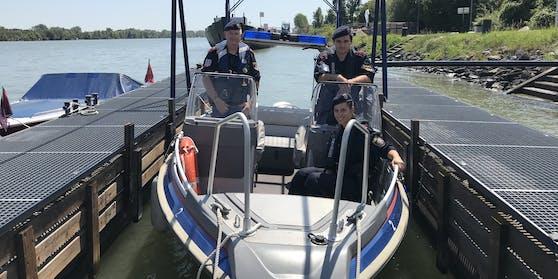 Die Beamten der Wasserpolizei (Foto v.l.n.r. hinten: Gruppeninspektor Klaus S., Inspektor Deniz C.; vorne: Revier-inspektorin Sarah K.) retteten den Ertrinkenden aus der Donau.