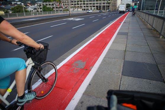 Erst vor ein paar Tagen wurde der Radlweg über die Linzer Nibelungenbrücke neu gemacht, jetzt blättert die Farbe schon ab.