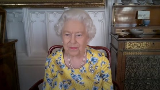 Queen Elizabeth II. trägt beim Zoom-Call keine Jogginghose, sondern Kleider mit möglichst auffälligen Prints.