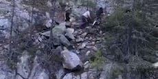 Jugendliche stoßen für Tiktok-Video Felsen in Schlucht