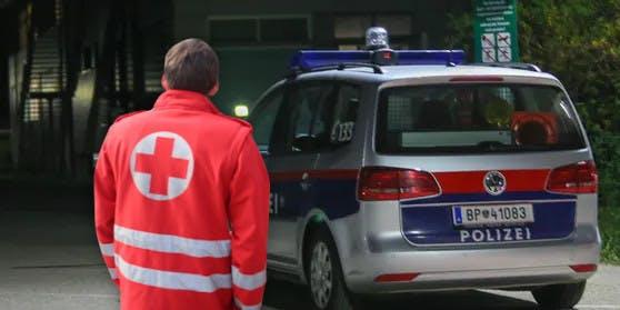 Symbolfoto eines Sanitäters und Streifenwagens.