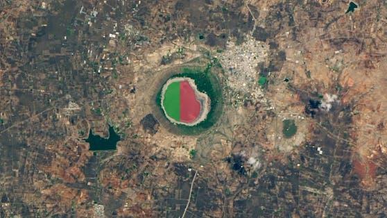 Noch ist nicht geklärt, warum der Lonar See in Indien sich rosa färbte.