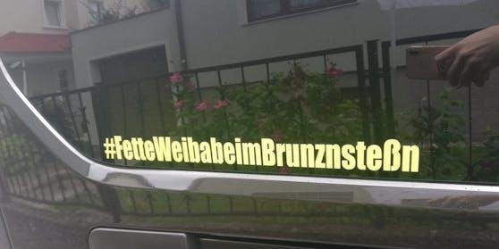 Der Sticker klebt auf dem Privatauto eines Mitarbeiters der Wiener Berufsrettung.