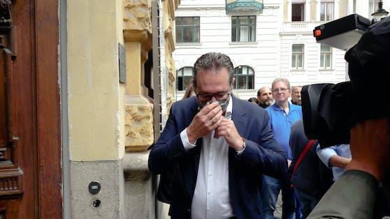 Die Maske hatte Strache zu Hause vergessen, ein Anhänger gab ihm eine ungebrauchte. Am Bezirksamt Landstraße reichte Heinz-Christian Strache die ersten Unterstützungserklärungen seiner Partei ein.