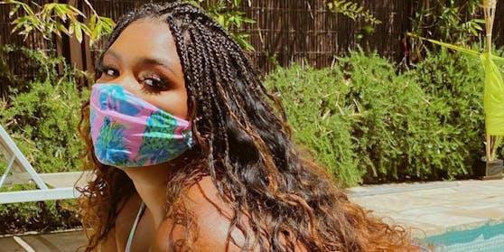 """Sängerin Lizzo (32) hat sich ihren """"Pankini"""" (Pandemic Bikini) inklusive Maske von Thick by Robin designen lassen. Die Masken kosten hier zwischen 15 und 40 Dollar."""