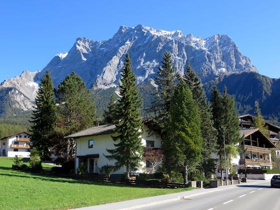 Die Gemeinde Ehrwald liegt auf Tiroler Seite der Zugspitze (im Hintergrund).