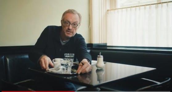 """Hader verrät Trick:""""Ich bestelle mir immer gleich einen zweiten Kaffee. So glauben alle, da sitzt noch jemand, und ich habe meine Ruhe beim Schreiben"""", meint er augenzwinkernd."""