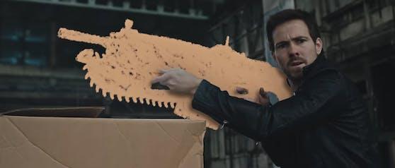 """Ein gutes Dutzend Youtuber und Social-Media-Stars bekämpfen sich in """"Chalk Warfare"""" gegenseitig mit aus Kreide gezeichneten Waffen."""