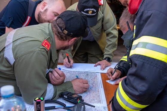 Die Helfer grenzten auf einer Karte das Suchgebiet ein.